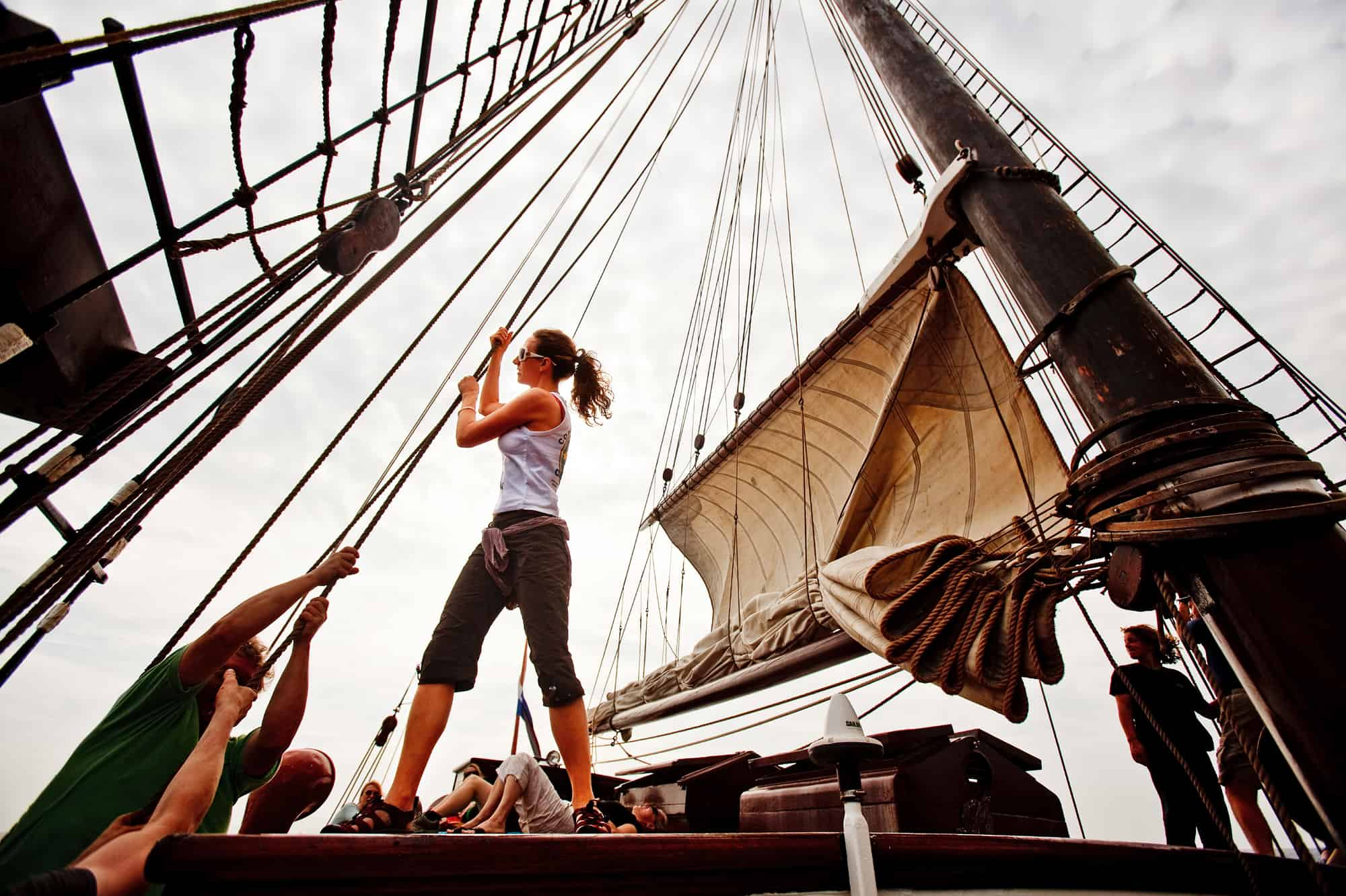 Photo by Arthur Smeets. Setting the main sail requires teams on two halliards