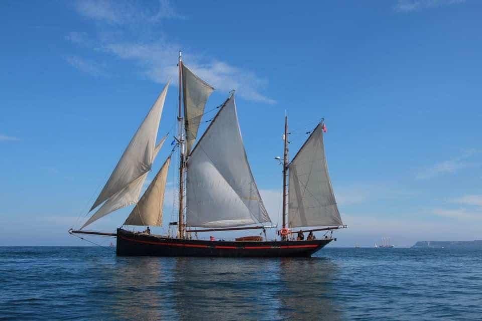 Leader under sail