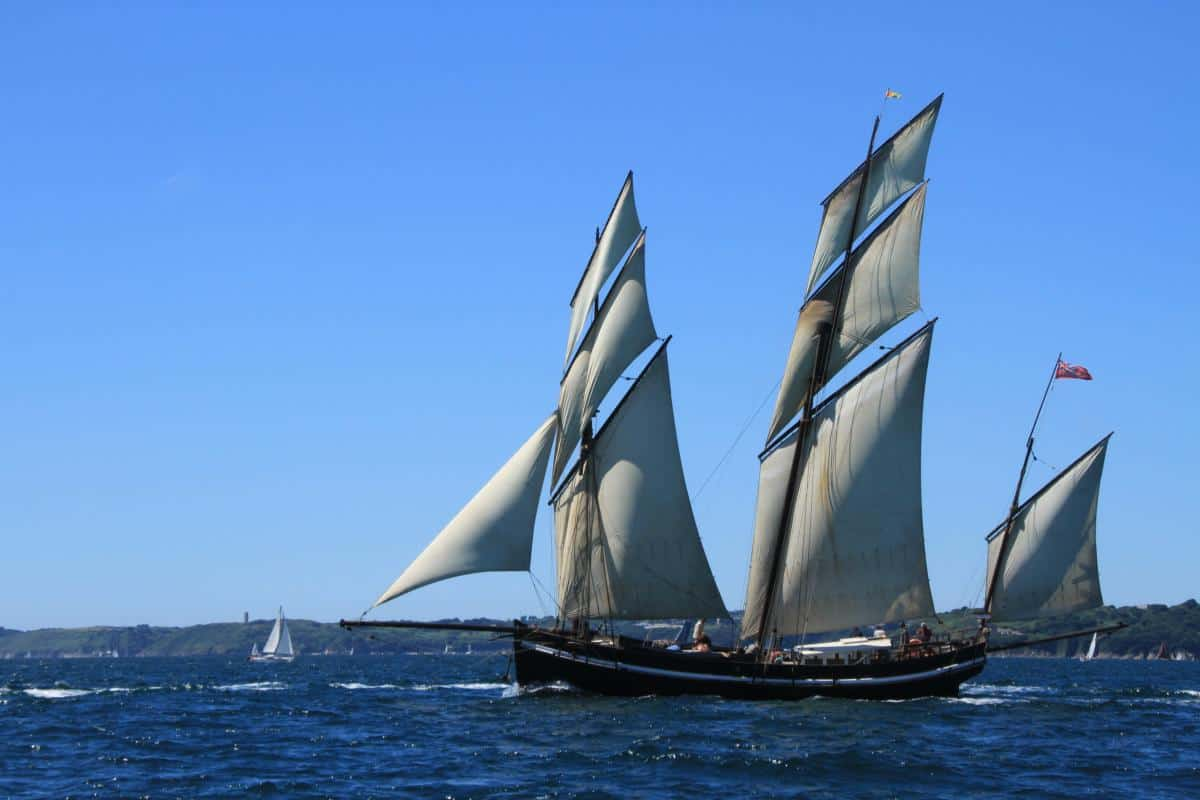 Lugger Grayhound in Douarnenez with topsails and t'gallants up